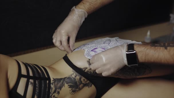 Příprava kůže jeho klienta k procesu Tetování Tattoo umělec