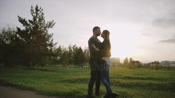 Fiatal pár, minden más élvező az őszi parkban