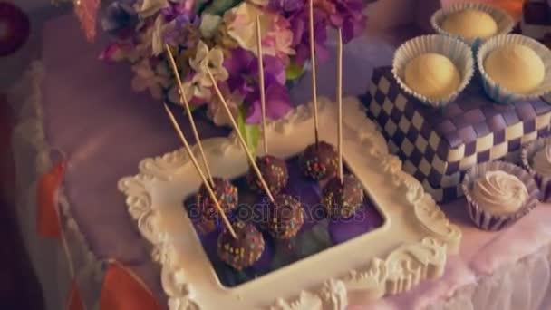 Krásné sváteční stůl s řadou vynikajících zákusků stylová dekorace