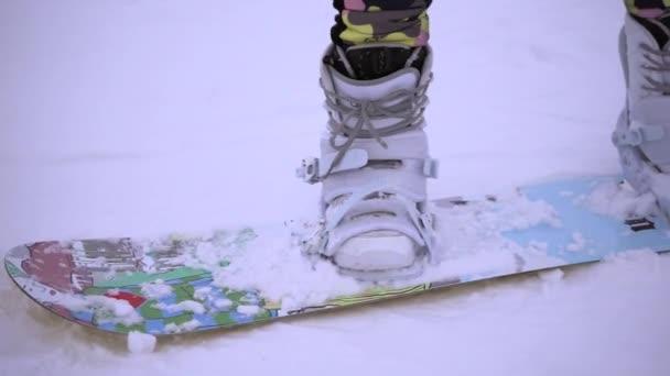 Detailní záběr záběr Zenske nohy s snowboardové vybavení.