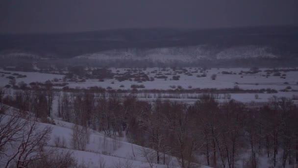 Zobrazit na zimní krajinu s zasněžené svahy a zamrzlou řeku