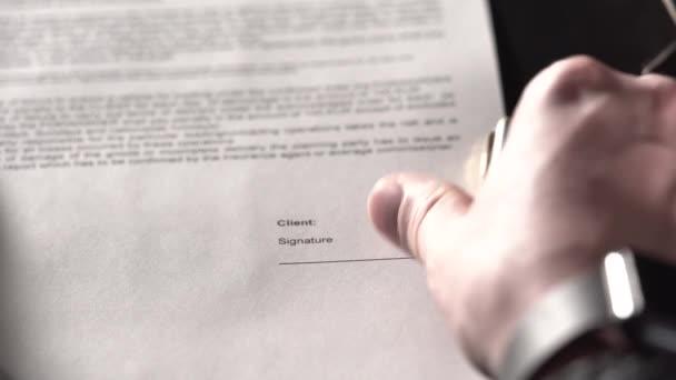 Nahaufnahme der Hände des Büroangestellten, der eine Vereinbarung unterzeichnete.
