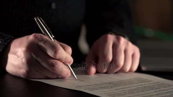 Nahaufnahme von Geschäftsleuten Hände, die das Dokument für Transfergesellschaft unterzeichnet.
