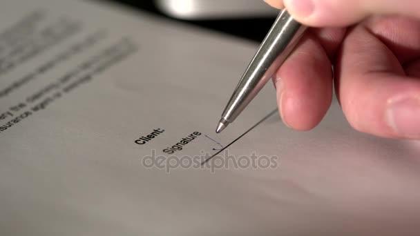 Makro snímek klienti prsty, který opouští svůj podpis na smlouvě