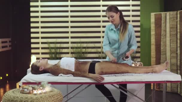 Spa kezelés a kozmetika, a masszőr teszi egy bozót a lány