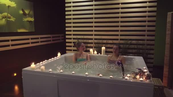 Dvě ženy v lázni o lázeňské procedury, které se mohou dostat ve spa salonu