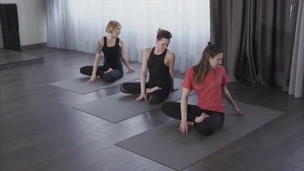 Le donne eseguire piste in asana di Ari per lo sviluppo della colonna vertebrale