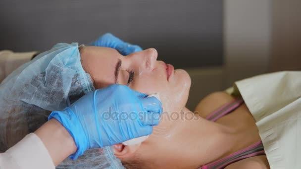 Nő arcát, kozmetikus eltávolítása Arc maszk ki. Peeling.