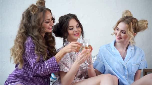 Krásné a krásná přítelkyně se bavit na párty v pyžamech.