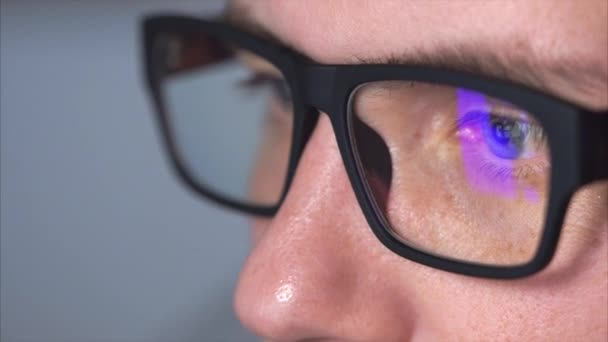 Detailní záběr záběr mans oči s brýlemi při pohledu na monitor