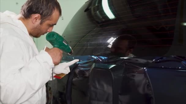 Arbeiter an der Tankstelle wird mit Spezialtrockner weiterverarbeitet.