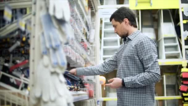 Einkaufen Im Baumarkt Mann In Der Nähe Von Regal Mit Werkzeugen Und