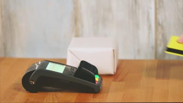 Fizet a boltban a bankkártyával
