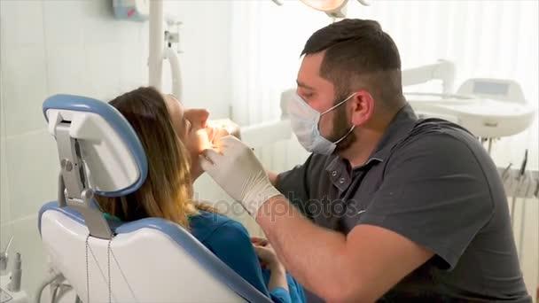 Zubař posuzování pacienta žena