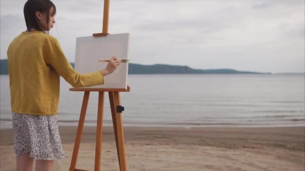 Zpěvačkou přípravu plátno pro malbu na břehu řeky