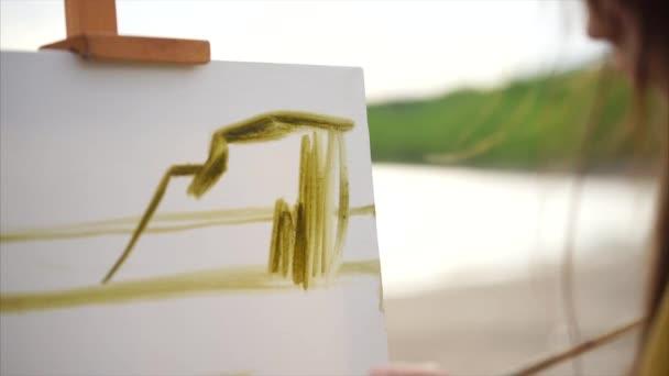 Zblízka pohled procesu kreslení. Zpěvačkou malba olej obrázek s kartáčem