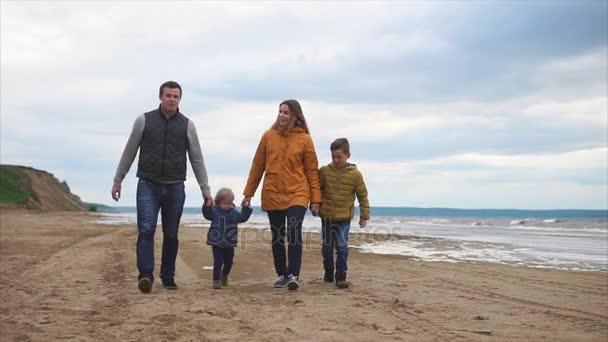 Rodina tráví volný čas spolu venkovní