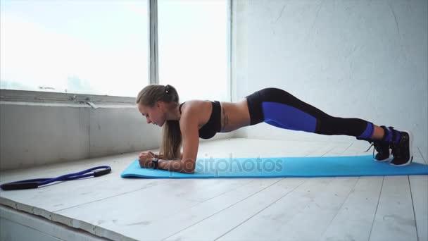Krásná sportovní žena dělá pilates. Ona trénink ve fitness studiu.