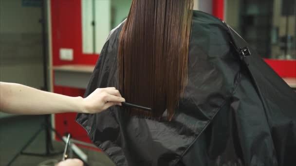 Kadeřnice zkrátí konce dlouhé a rozdělte vlasy hřeben a nůžkami