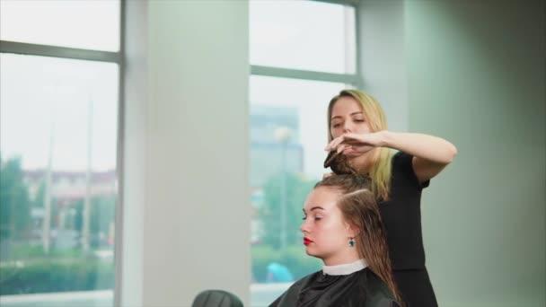 Nő fodrász a haj elválasztó. Így a haj zár