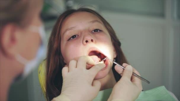 Zahnreinigung im Zahnkabinett. Zahnarzt wäscht Zähne