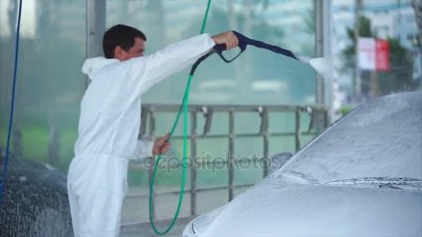 Kavkazské mladík mytí jeho auto na mytí aut, samoobslužné služby