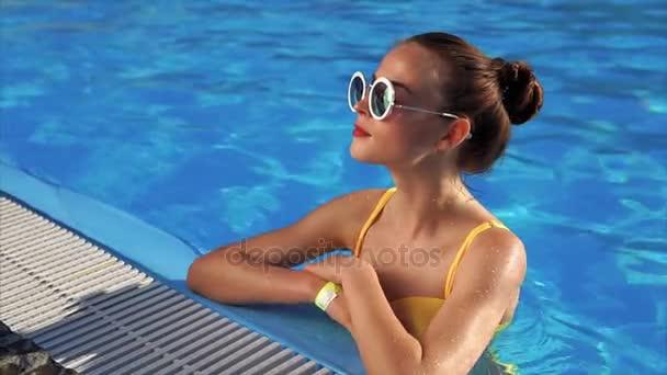 Как женщины снимают купальник, втроем отодрали сиськастую девушку
