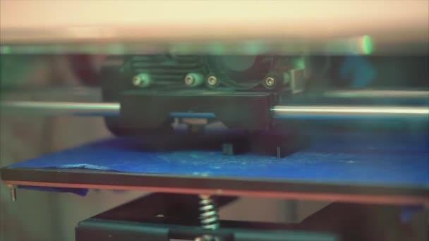 3D nyomtató nyomtatja ki az olvadt műanyag részletek formájában. Három dimenziós nyomtató
