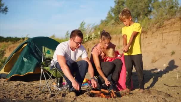 Rodina v táboře bude jíst pečené klobásy