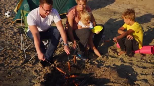 Camping jídlo opečené klobásky