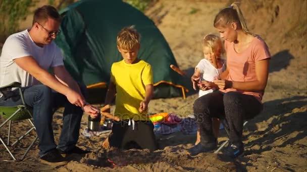 Rodiče a děti, vaření kemp jídla na ohni
