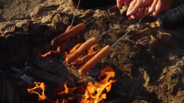 Kolbász, szabadtéri tűzön pörkölés
