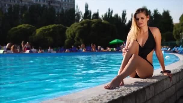 Docela sexy blondýna opouští bazén