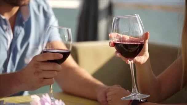 Zár megjelöl szemcsésedik-ból egy férfi és egy womans kezét, aki szemüveg, a bor kávézó