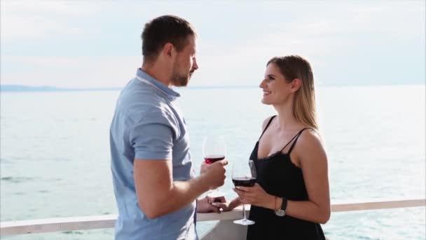 Mann und Frau unterhalten sich auf der Terrasse.