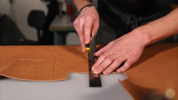 Detailní záběr záběr rukou Pánská, který drží ready-made kožený řemínek