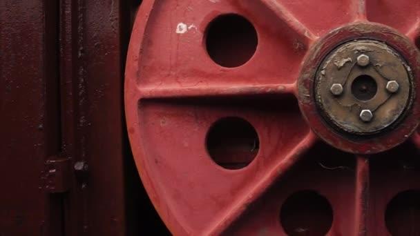 Obrovský červený kulatý úchyt mechanismu hydraulických zdymadlovou na přehradě