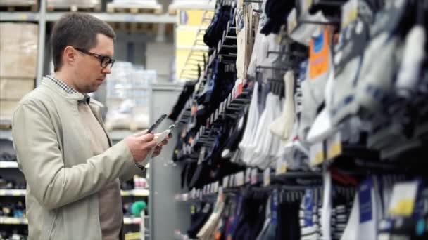 Mann kaufen Socken im Hypermarkt