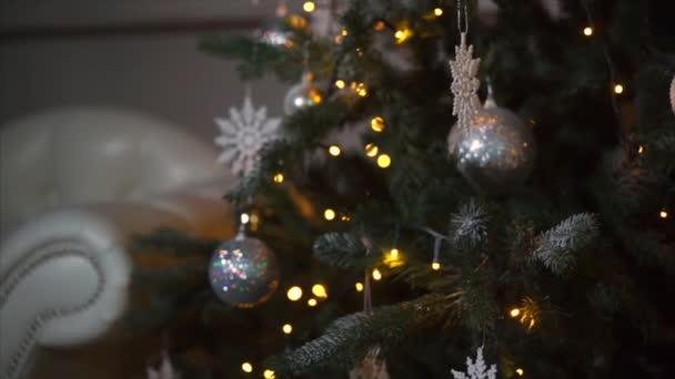 Díszített karácsonyfa, sötét szobában
