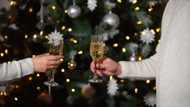 Paar klingende Gläser mit Champagner zu Weihnachten