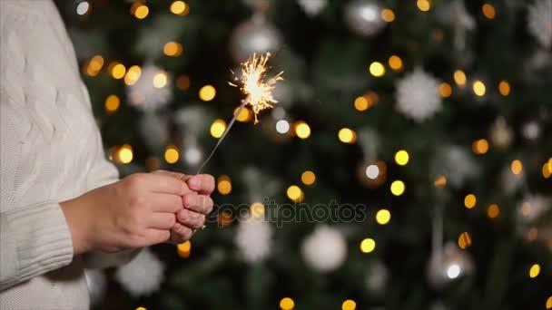 Žena s prskavka na vánočním večírku