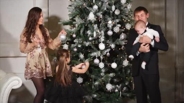 Szülők kiadások új évvel ezelőtt előest gyerekekkel otthon.