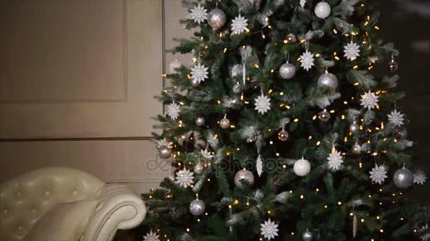 Nagy díszített karácsonyfa ott áll nagy teremben ház éjszaka, panoráma