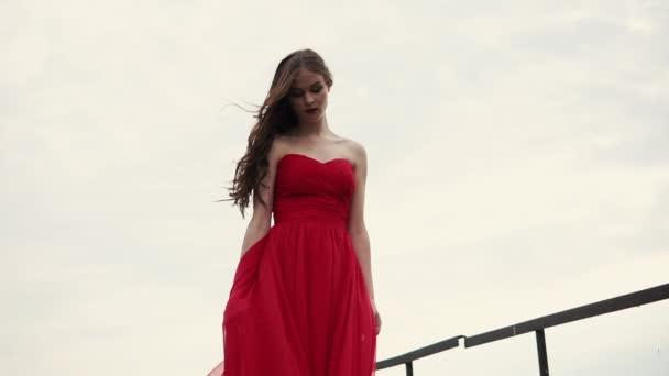 Szomorú a gyönyörű nő áll a városon kívül