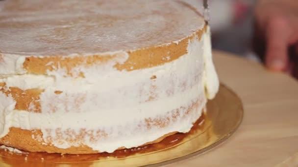 Der Küchenchef Schmiert Den Kuchen Mit Einer Cremigen Sahne