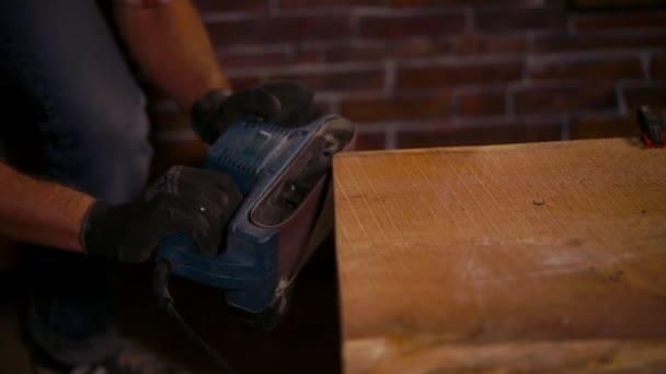 Detailní záběr záběr mans ruce, kdo pracuje s tesařské nářadí v ochranné rukavice