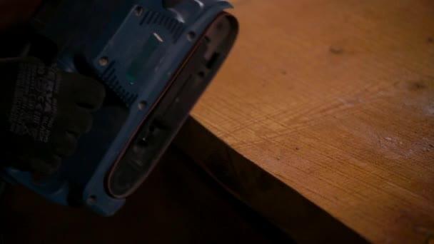 Detailní záběr záběr mans rukou hole na konci dřevěný hranol