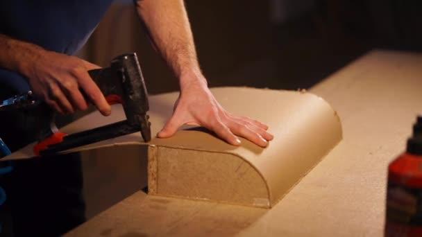 Detailní záběr záběr mans ruce, kdo pracuje s nástroji v truhlařinou