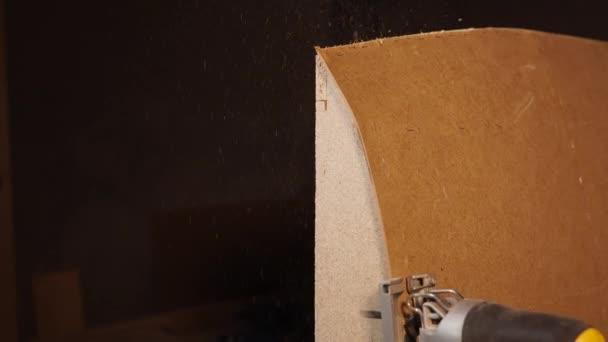 Detailní záběr záběr mistra kuchaře, který pracuje s nástrojem v dílně