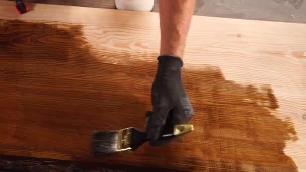 Použití laku celého dřevěný stůl
